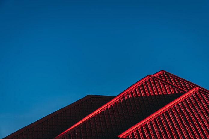 Blacha trapezowa: dlaczego warto pokryć nią dach